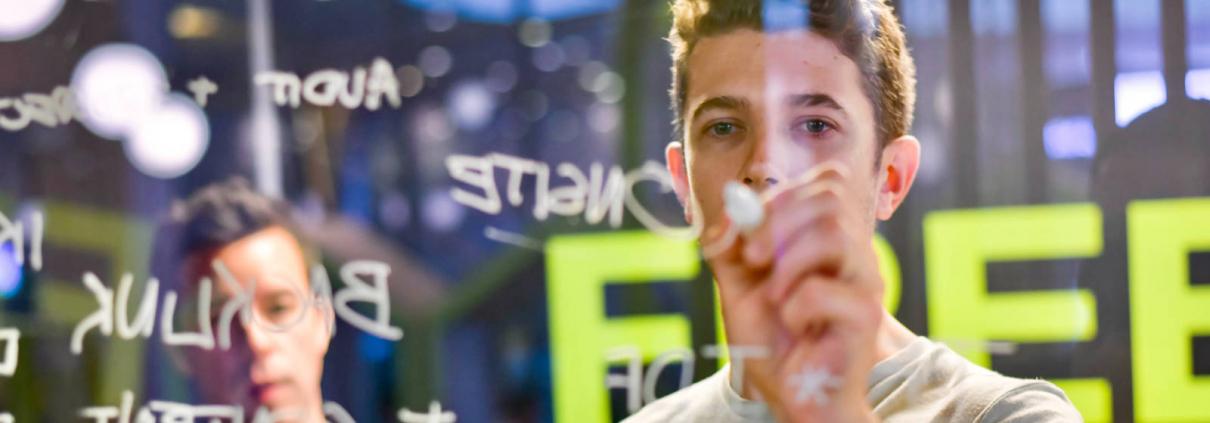 Medewerkers werken SEO strategie uit op glas met markeerstiften