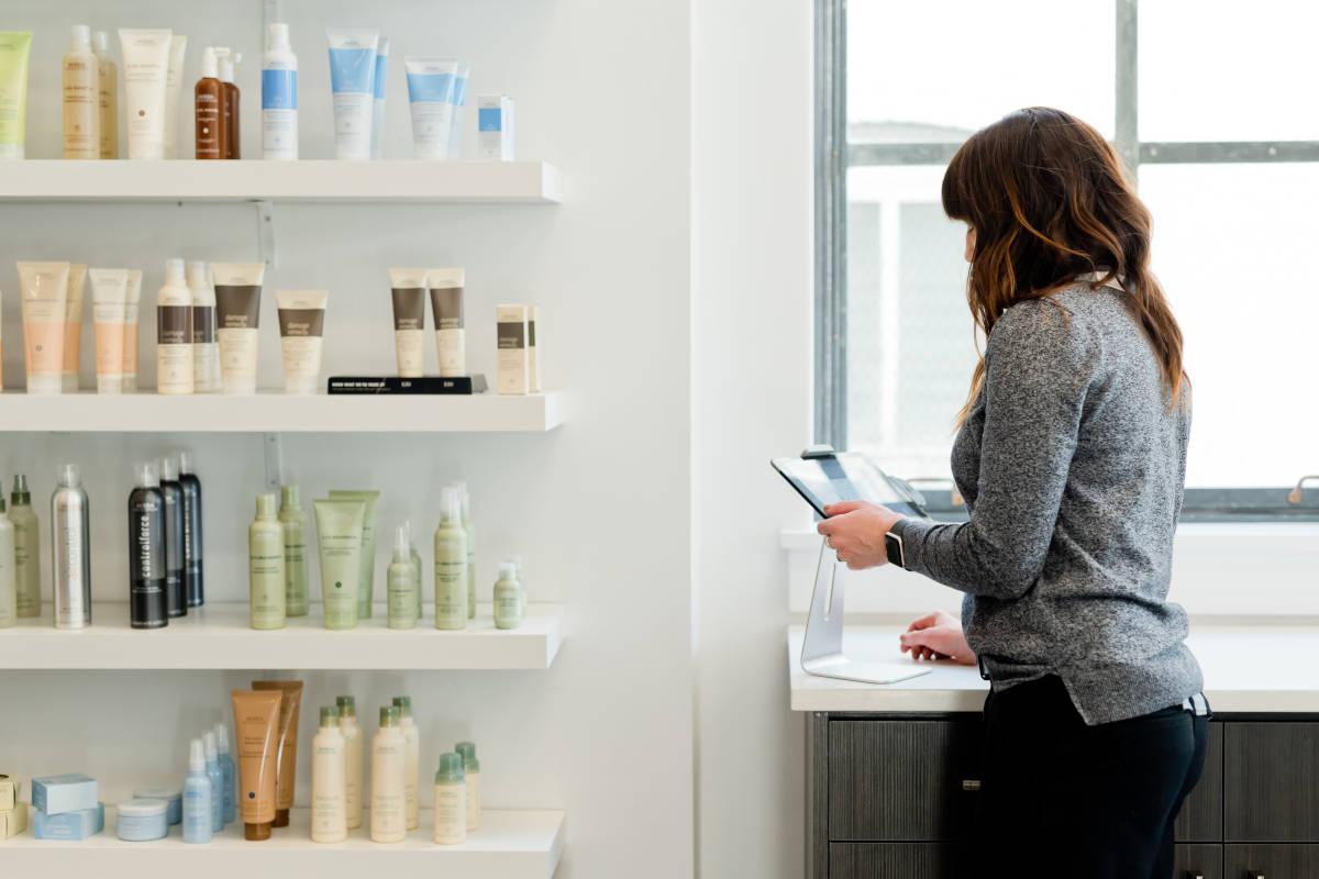 Ondernemer gebruikt in de winkel op tablet het systeem van SW-Retail