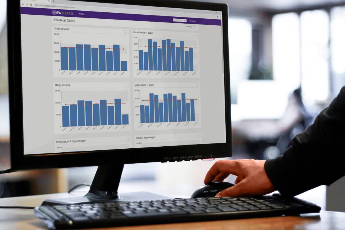 Ondernemer bekijkt op desktop het dashboard van de online SW-Retail omgeving