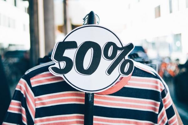 Relatiebeheer: kledingrek buiten een winkel met 50% korting actie