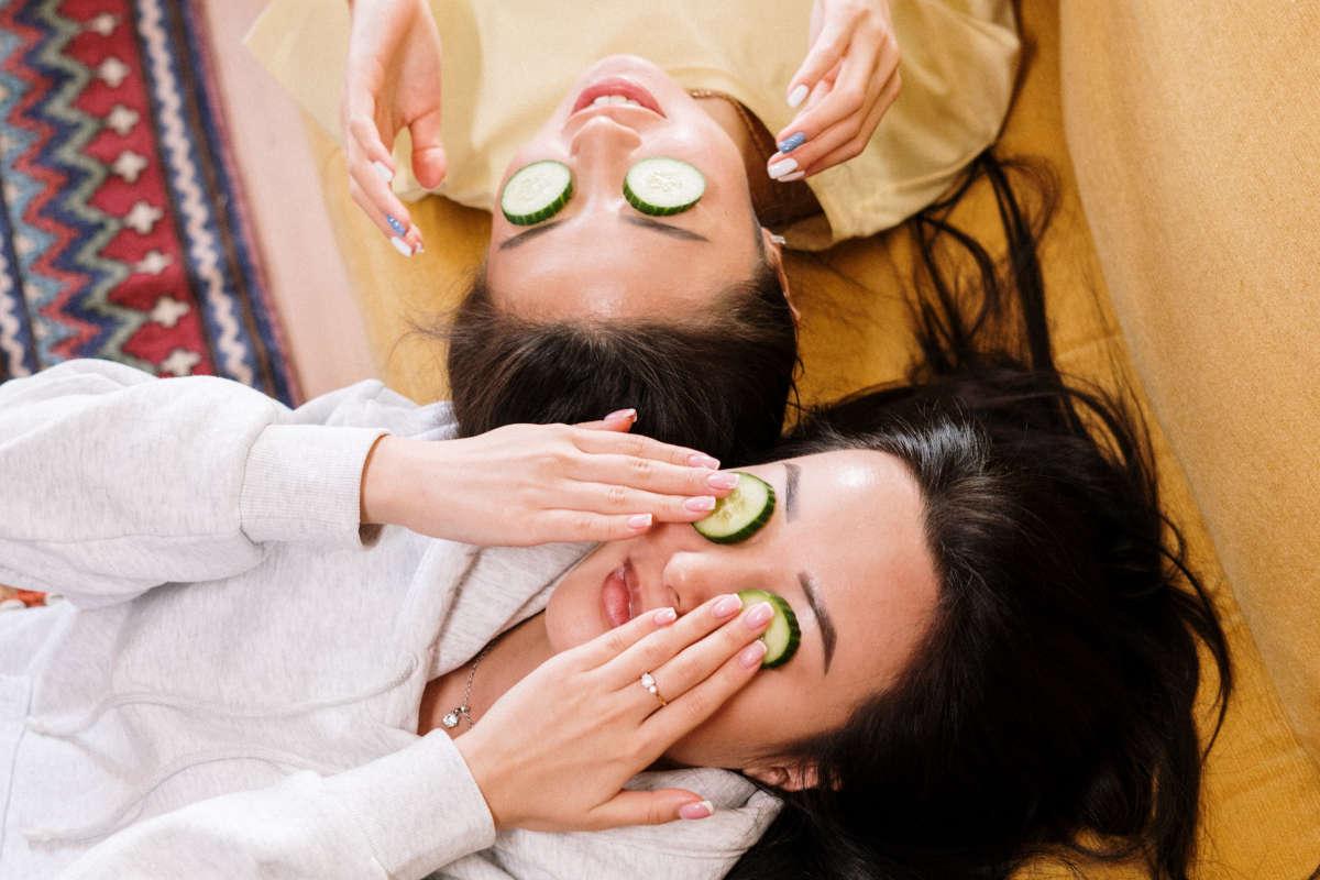 """Vriendinnen hebben een """"pamper-sessie"""" met o.a. komkommer op de ogen"""