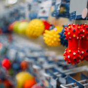 Close-up van kleurige speeltjes in een dierenwinkel