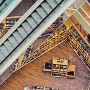 Bovenaanzicht van een slijterij in een indoor winkelcentrum