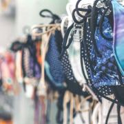 Close-up van rek bikini's op hangers