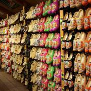 Rijen klompen in verschillende kleuren in een souvenirwinkel