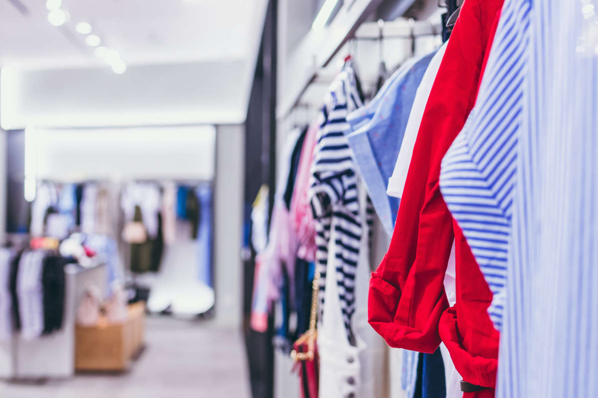 Ter illustratie: kijkje in een kledingwinkel