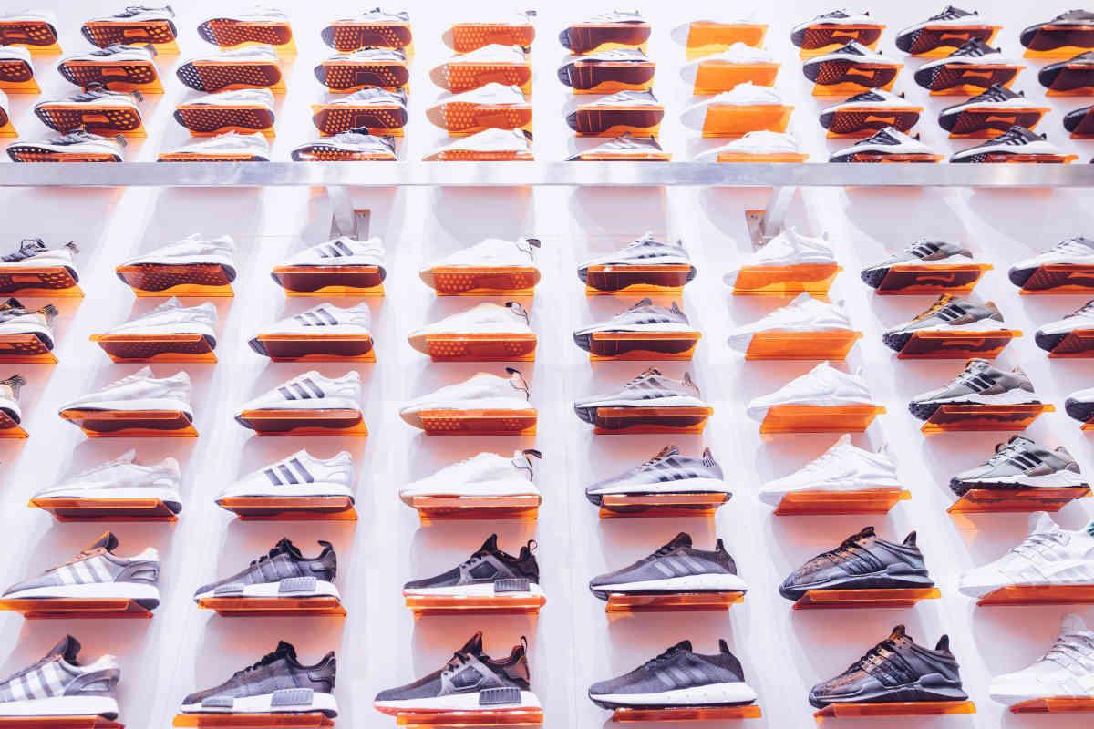Muur vol individuele sportschoenen in een winkel
