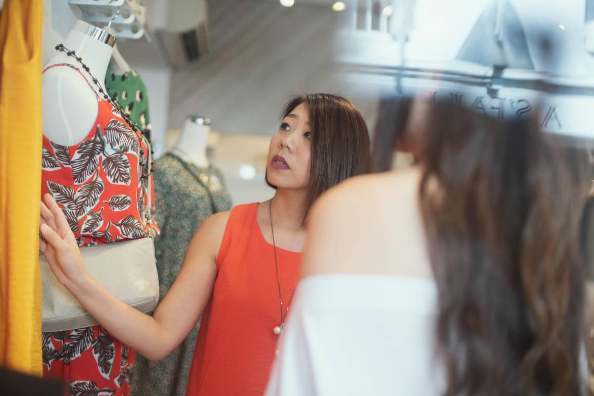 Medewerker kledingwinkel helpt een klant