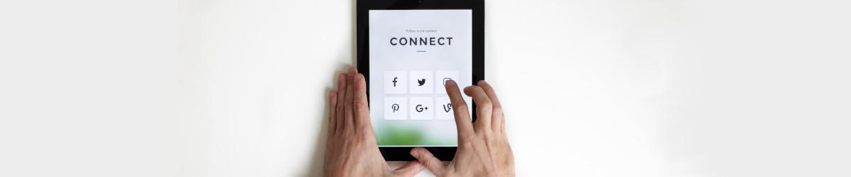 Tablet met het woord CONNECT en logo's van sociale media