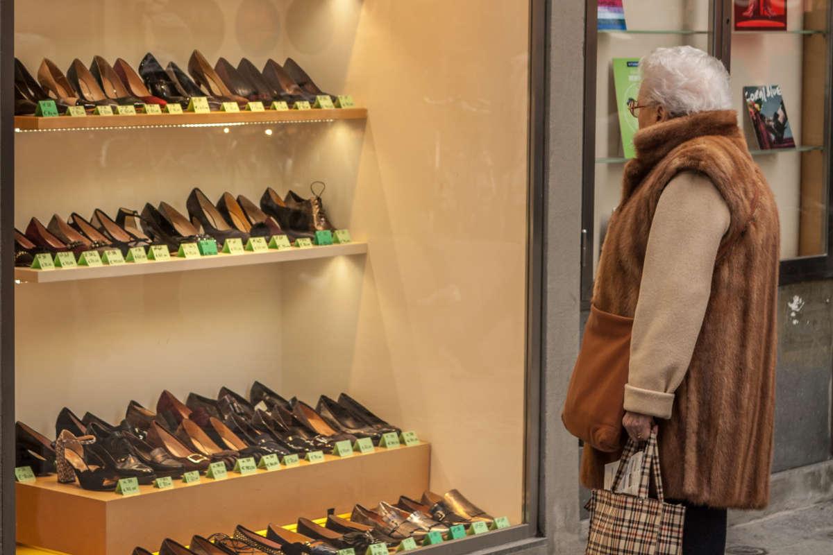 Vrouw bekijkt etalage van een schoenenwinkel