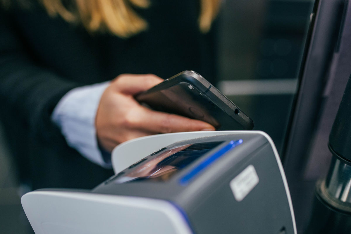Klant betaalt contactloos met mobiel in de winkel