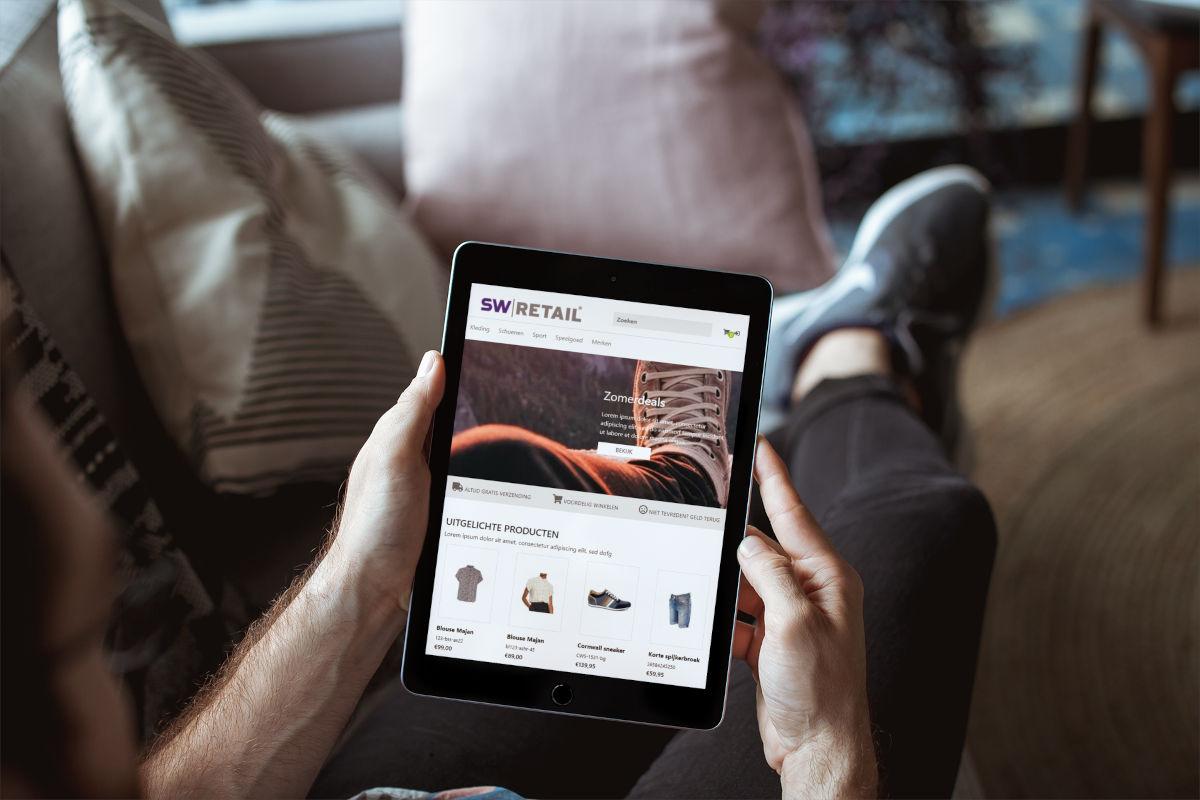Persoon bekijkt thuis de webshop van een schoenenwinkel op iPad
