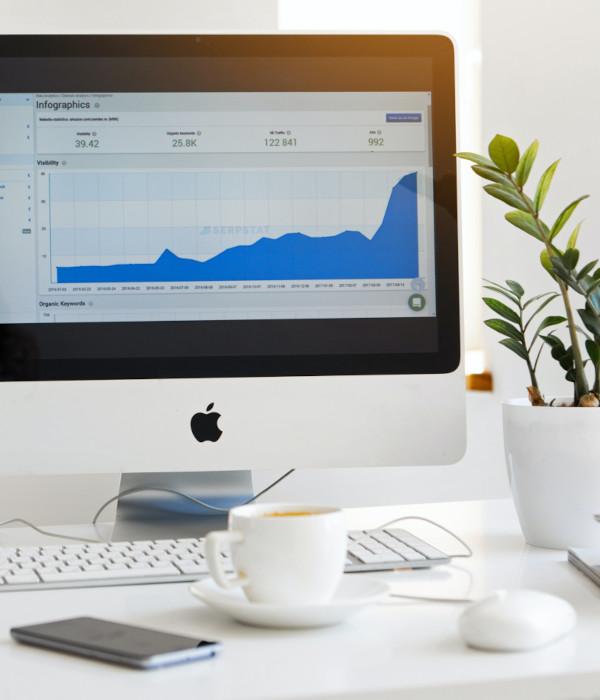 Desktop op een bureau, toont groeiende statistieken van verkopen via bol.com