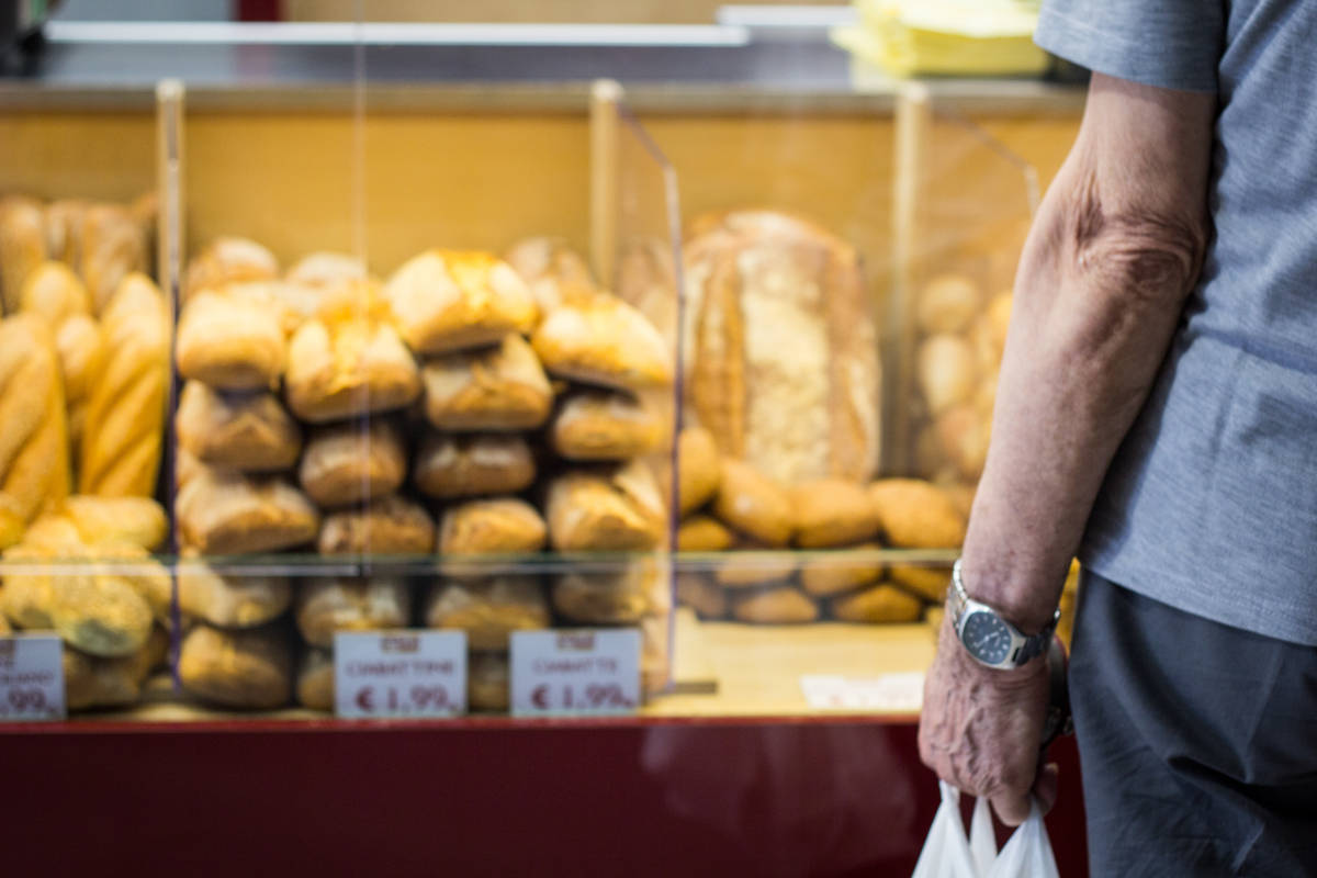 Persoon voor etalage bij bakker