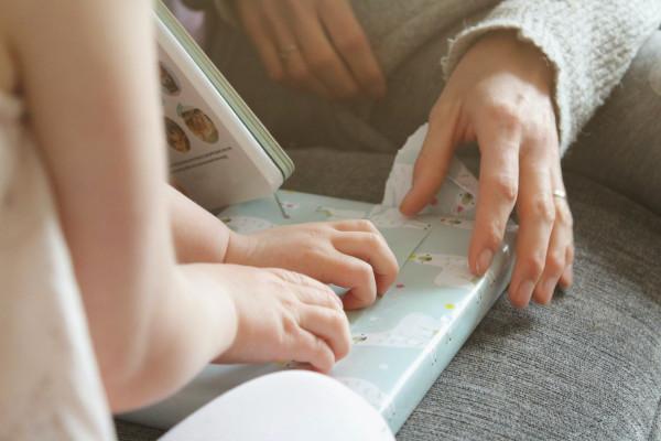 Relatiebeheer: Ouder en kind pakken samen een cadeautje uit