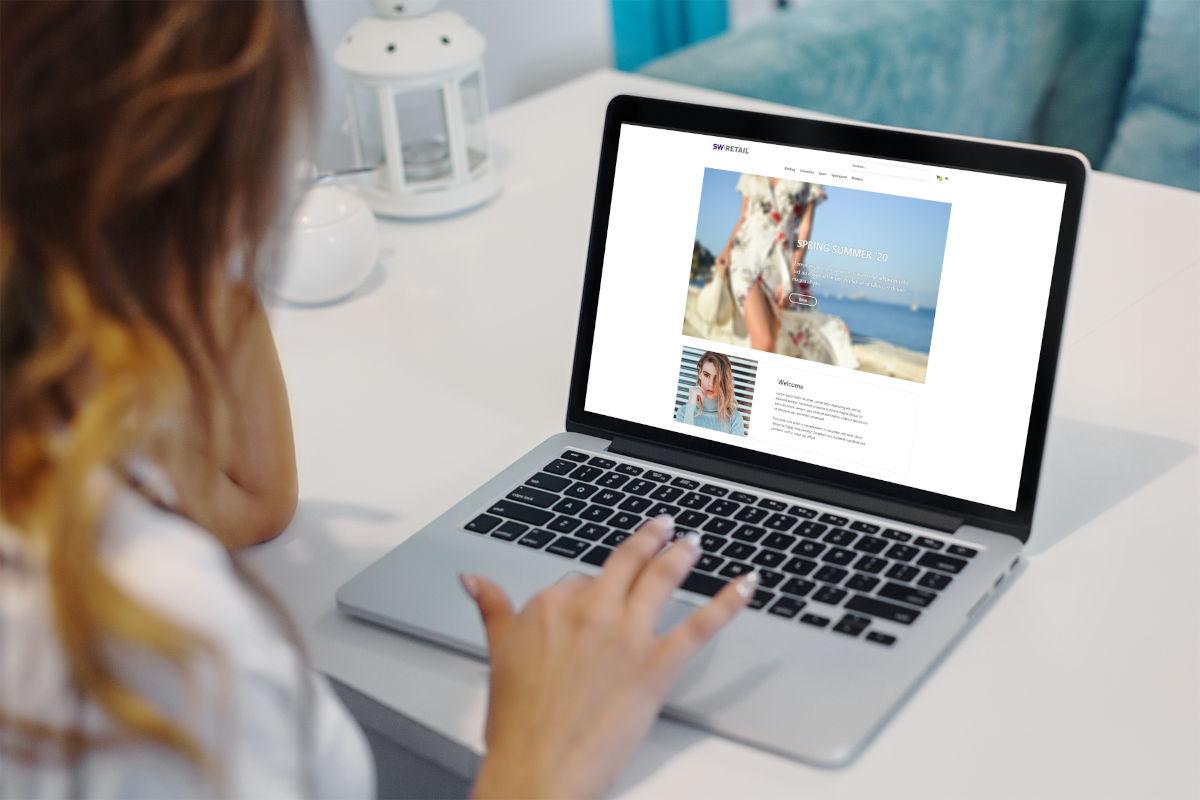 Vrouw bekijkt voorbeeldwebshop op een laptop