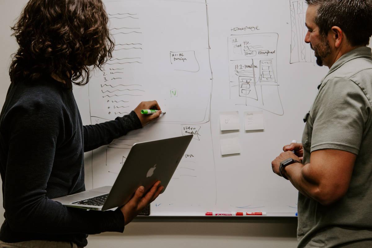 Overleg met aantekeningen op whiteboard over webshop