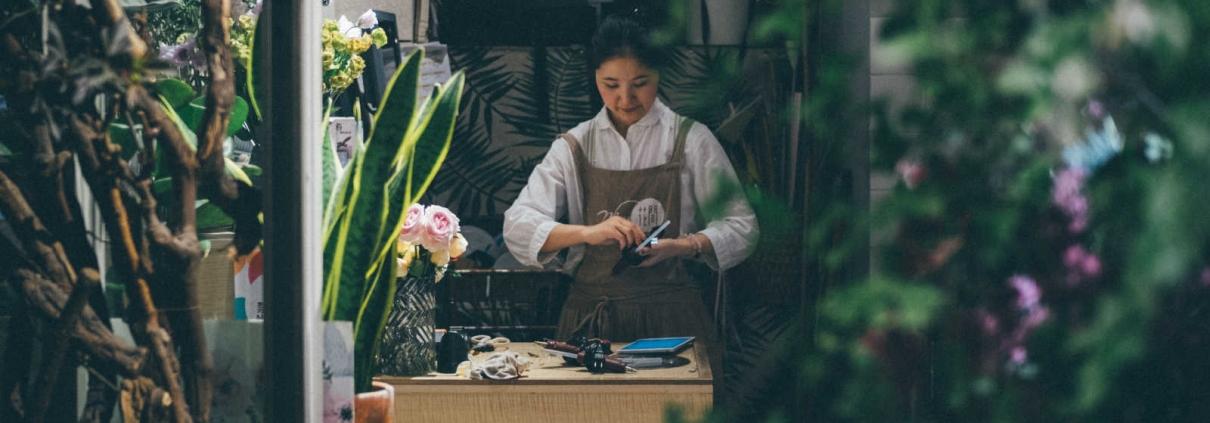 Ondernemer aan het werk in bloemenwinkel ter illustratie bij blog over beginnend ondernemer met een winkel